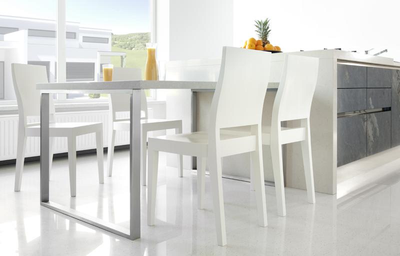 białe krzesła do kuchni